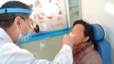 医生检查鼻子