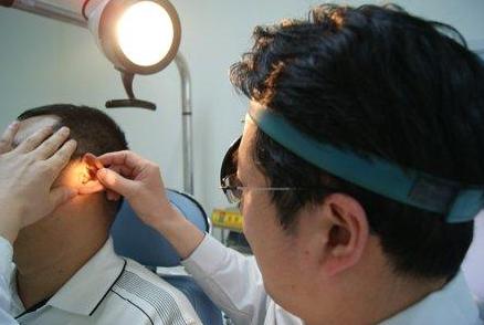 医生给患者检查耳朵